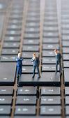 Figurine di uomo d'affari sul portatile — Foto Stock