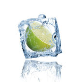 Lime frozen in ice cube — Stock fotografie