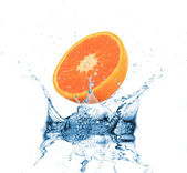放入水溅在白色橙色 — 图库照片