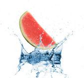 Verse watermeloen gedaald in water — Stockfoto