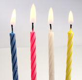 Bougies d'anniversaire sur fond blanc — Photo