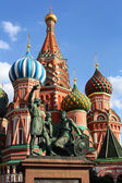 Minin and Pozharsky on the background of St. Basil's Cathedral — Stock Photo
