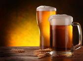 Bodegón con una cerveza de barril por el vidrio. — Foto de Stock