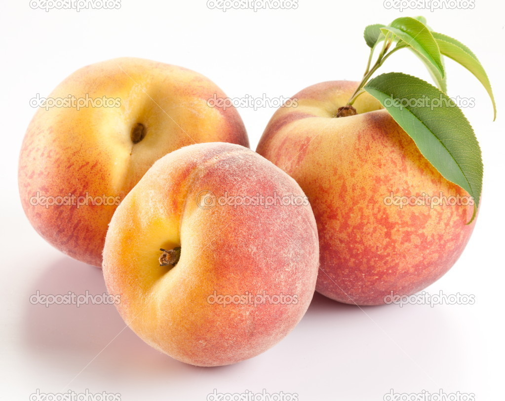 Ripe peach fruit with leaves and slises on white background. — Stock Photo #6870664