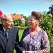 Old couple in garden — Stock Photo