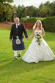 Uśmiechający się nowożeńcy — Zdjęcie stockowe