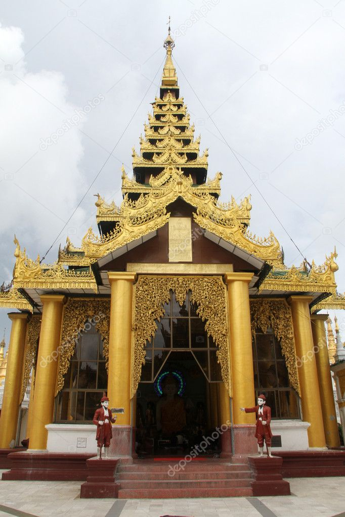 Golden temple near Shwe Dagon paya pagoda in Yangon, Myanmar — Stock Photo #7491690