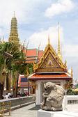 寺院と黄金の仏舎利塔 — ストック写真
