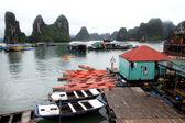 Kajaks in halong bucht, vietnam — Stockfoto
