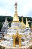 Stupas près des grottes naturelles de pindaya — Photo