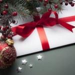 Christmas decorations (live tree, balls, star) — Stock Photo