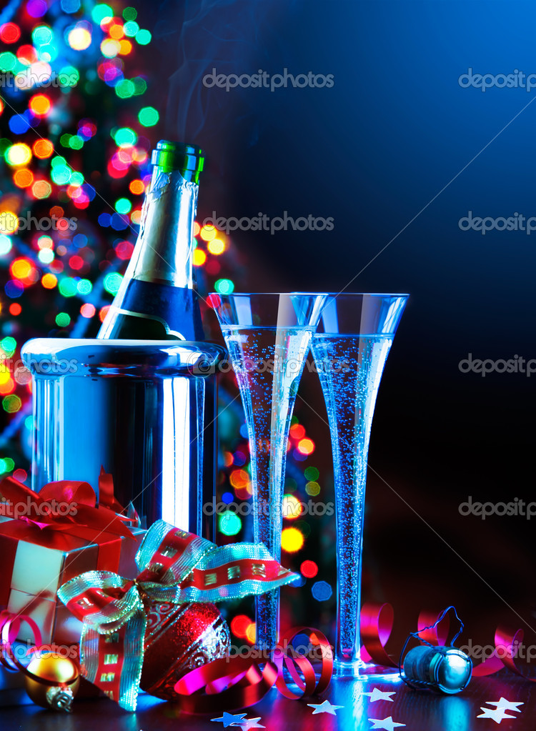 Glasses of champagne, Christmas tree and gifts, New Year party — Lizenzfreies Foto #7649851