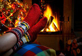 Romantic winter evening by the fireplace Christmas and Christmas tree — Stockfoto