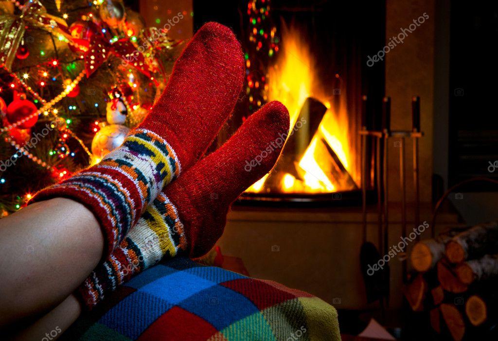 Romantischer winterabend am kamin weihnachten und weihnachtsbaum ...