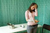 En ledsen tjej med en bandagerade patient bandage hand i kliniken — Stockfoto