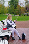 Das schulmädchen auf einer bank sitzen und zieht auf dem album — Stockfoto