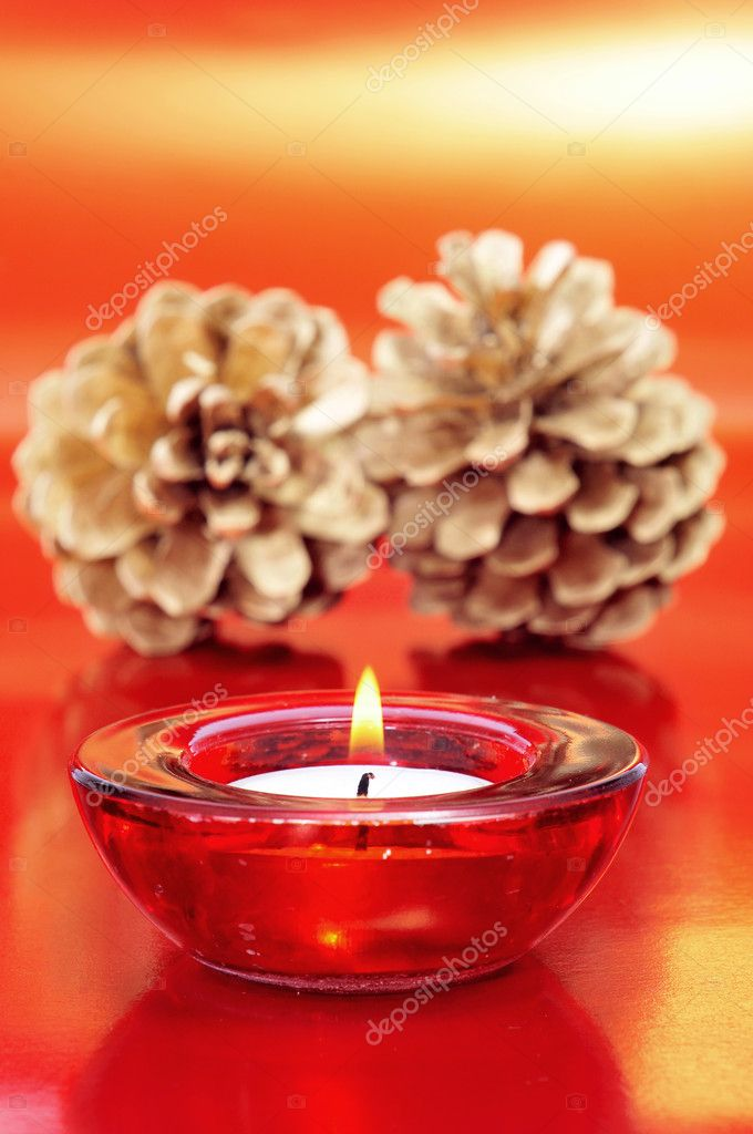 A candle and some golden pine cones as a christmas arrangement — Stock Photo #7908252
