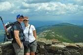Młoda para w górach — Zdjęcie stockowe