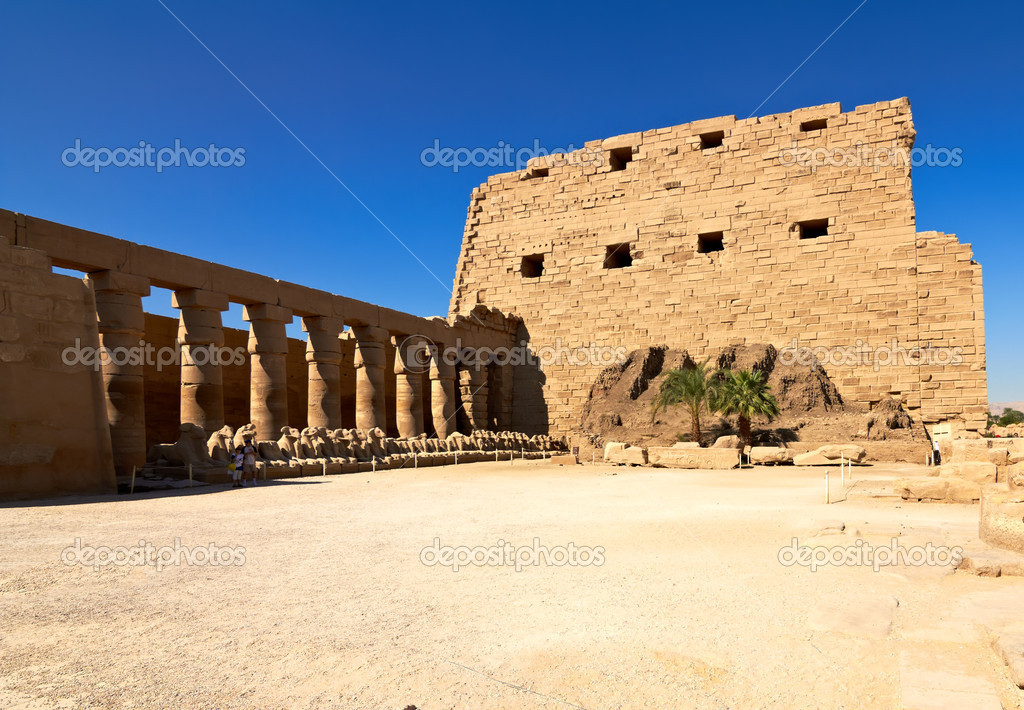 Alley of ram-headed sphinxes in the main court of Karnak temple of Amun, Egypt — Stock Photo #7708172