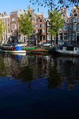 Quiet Amsterdam canal with house boats — Fotografia Stock
