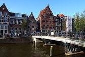 Tranquilo canal de amsterdam con barcos casa — Foto de Stock
