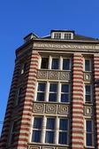 Tipik bir amsterdam üzerinde mavi gökyüzü evleri — Stok fotoğraf