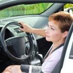 piękne myśli kobieta w samochodzie sportu za kierownicą — Zdjęcie stockowe