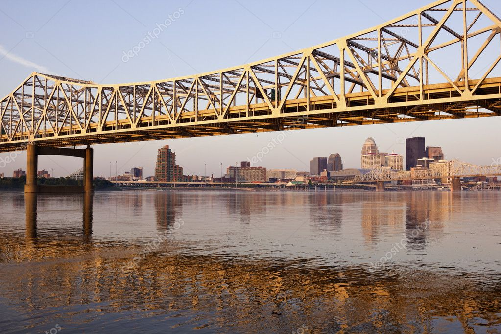 Yellow bridge in Louisville on Ohio River in Louisville, Kentucky — Stock Photo #7905727