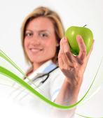 Lekarz trzyma jabłko — Zdjęcie stockowe