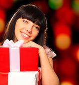 Retrato de una mujer sonriente sosteniendo las cajas de regalo — Foto de Stock