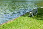 ławka na trawniku. — Zdjęcie stockowe