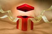 красный настоящее коробки с открытой крышкой — Стоковое фото