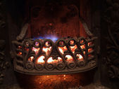 Ancienne cheminée en fonte avec des charbons incandescents — Photo