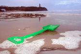 Pá verde na praia com castelo — Fotografia Stock