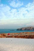 雪覆われたゴルフ コースと崖 — ストック写真