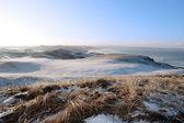 Parcours de golf de liens couvert de neige glacée et de la mer — Photo