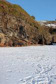 Bir soğuk kış gününde boş kayalık plaj Kayalıkları — Stok fotoğraf