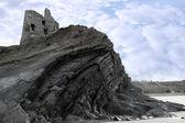 Eski bir kale yüksek bir kayalığın üzerinde kalıntıları — Stok fotoğraf