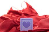 Corazón púrpura amor toy en camisón de seda — Foto de Stock
