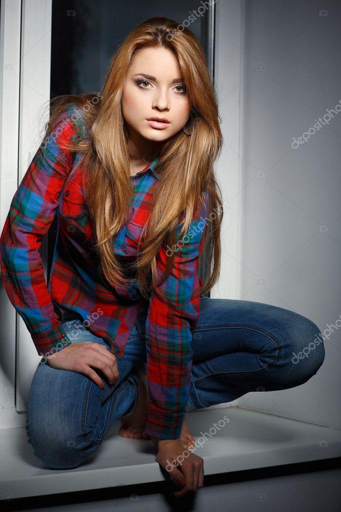 Длинноволосая красивая девушка в джинсах бесплатно фото фото 484-849