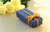 Une boîte-cadeau et un bouquet de belles roses blanches — Photo