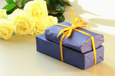 A gift box and beautiful white flowers — Stock Photo