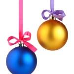 kerstballen opknoping op lint geïsoleerd op witte achtergrond — Stockfoto