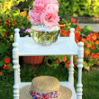 Pink roses and a straw summer hat — Stock Photo