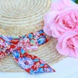 Lovely Summer straw hat and pink roses — Stock Photo