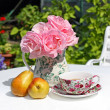 Lovey Summer garden with pink roses and pears on white table — ストック写真