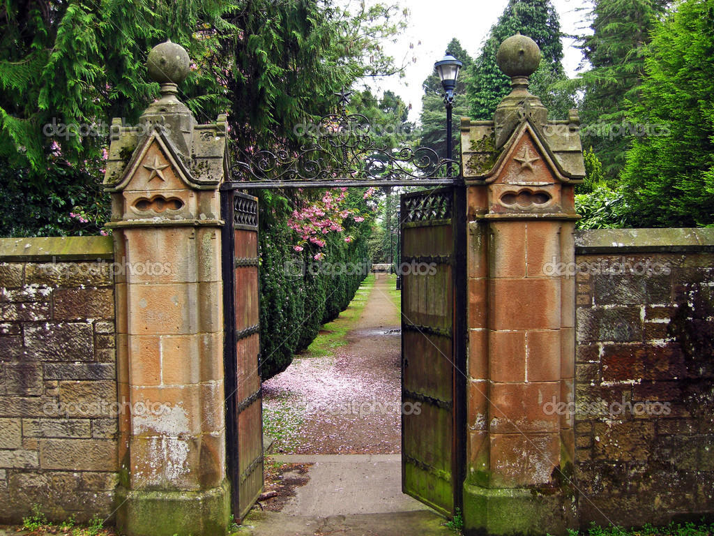 Old, beautiful gate leading to the garden — Stock Photo #7282102