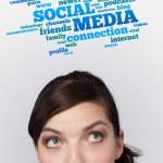 Молодая девушка, глядя на социальный тип значков и знаков — Стоковое фото