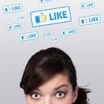 ung flicka tittar på sociala typ av ikoner och skyltar — Stockfoto