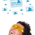 unga huvud titta på sociala typ av ikoner och skyltar — Stockfoto